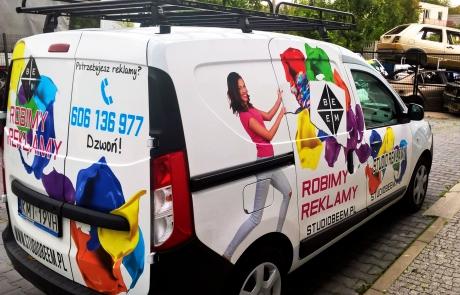 Oklejony samochód Dacia Dokker Van nadruk full print dla Studia Reklamy BeeM