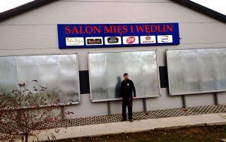 Tablice billboardowe trwale związane z gruntem oraz Kaseton z Dibondu w wersji 3D dla Salon Mięs i Wędlin