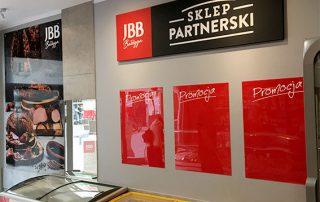 Realizacja dla JBB - logo ze styroduru, tablica reklamowa oraz tablice promocyjne