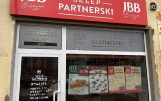 Oklejenie witryn folią szronioną oraz kaseton z dibondu - realizacja sklepu dla JBB
