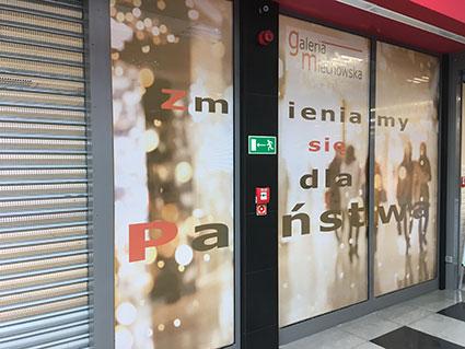 Oklejenie folią one way vision witryn sklepowych w galerii handlowej